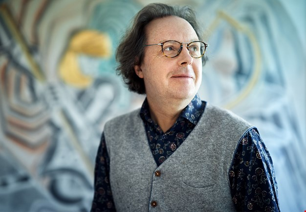 Composer Tommie Haglund in grey shirt and gray pull-over. Photo.