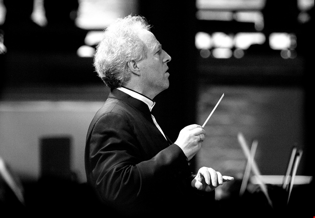 Manfred conducts. Photography