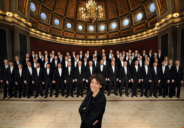 Group picture of the choir and the conductor Cecilia Rydinger Alin. Photography.