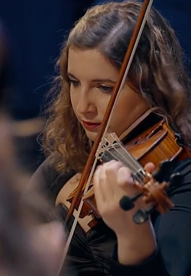 Women that plays on her violin