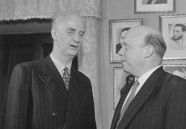 Wilhelm Furtwängler and executive director Johannes Norrby at Konserthuset. Black and white photograph.