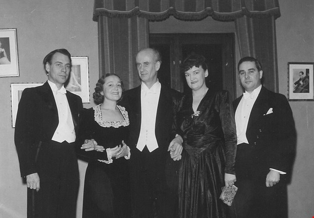 Black and white photograph from the dressing room in Konserthuset. From left: Sigurd Björling, Hjördis Schymberg, Wilhelm Furtwängler, Lisa Tunell and Gösta Bäckelin.