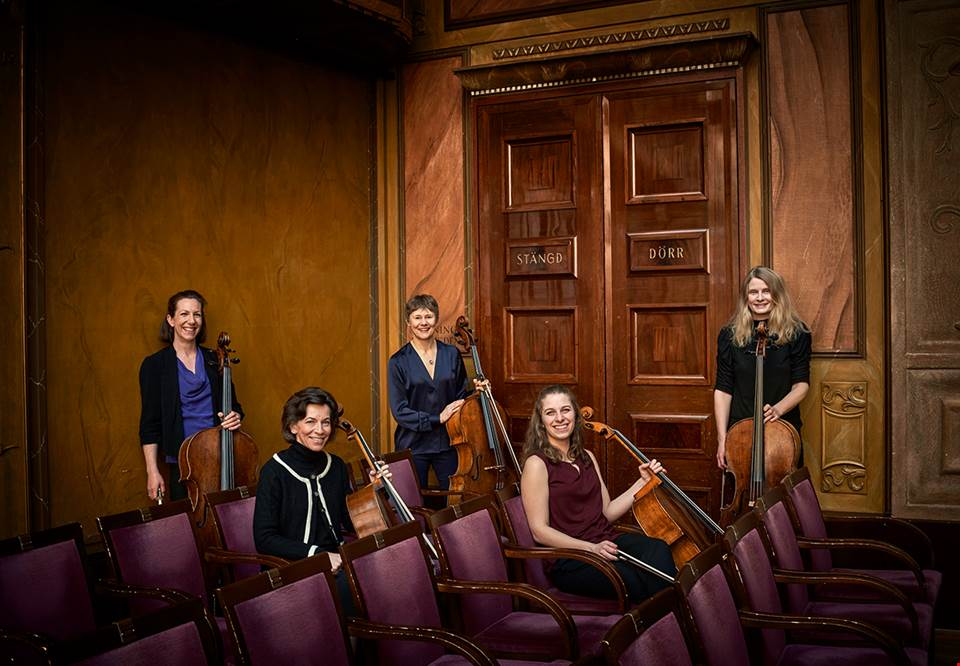 Women with cellos. Photo