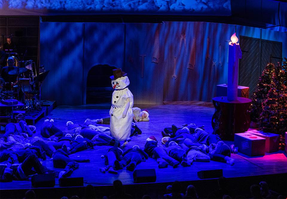Snow man on stage in the Stockholm Concert Hall. Fotografi.