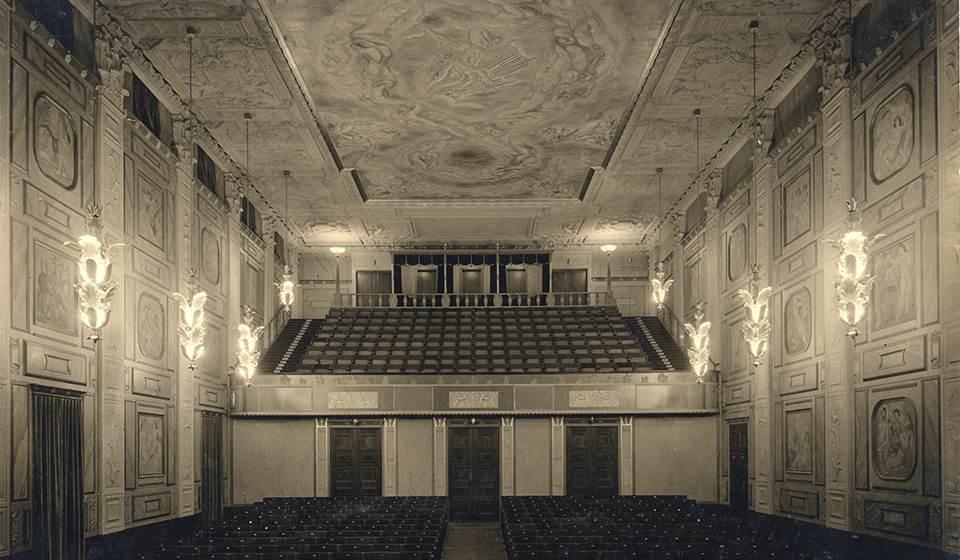 dfd2a6d91b5c Bild på Grünewaldsalen, från scenen sett, en vacker utsmyckad sal målad av  Isaac Grünewald