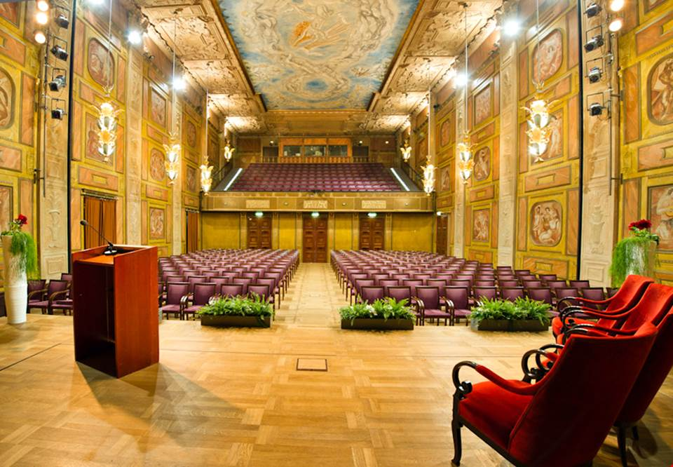 432b7c98b656 Grünewaldsalen sett från scenen. Vackert utsmyckad sal i guliga, jordnära  färger. Målat av