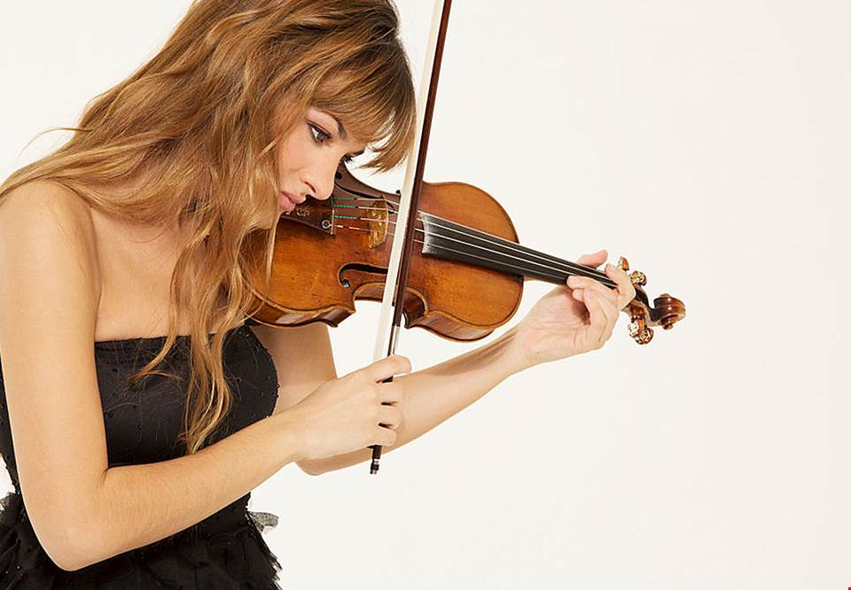 Women playing her violin. Photo.