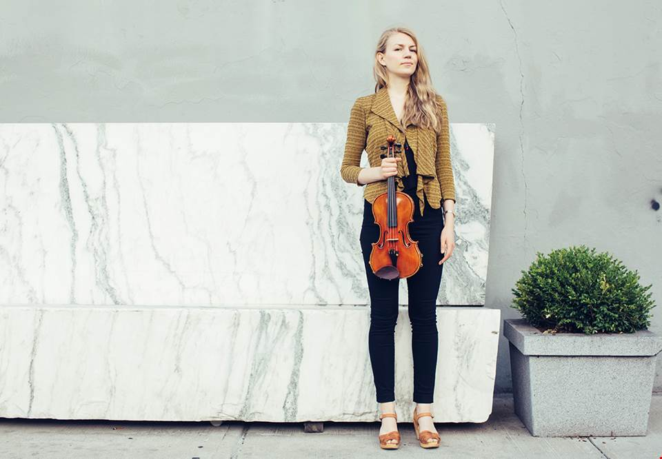 Young woman with a violin. Photo.
